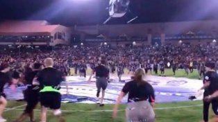 Un helicóptero arrojó dólares en un partido de fútbol