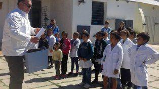 premiado. Sian fue recibido en el patio de la escuela por sus alumnos.