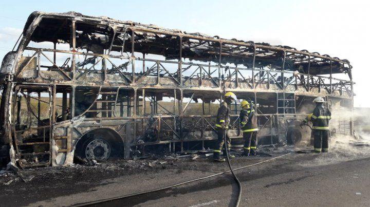 Destrozos totales. El fuego consumió por completo la unidad de transporte.