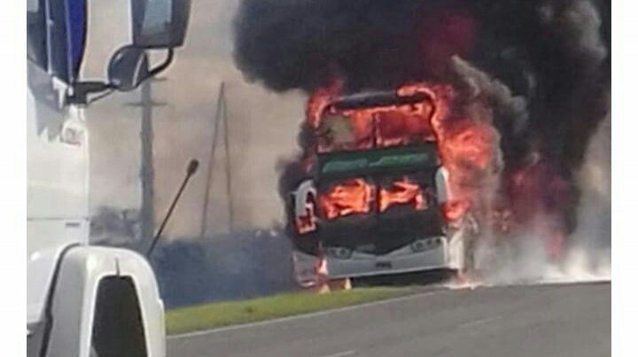 Susto en la ruta: un micro se incendió por completo