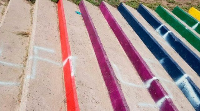 Repintaron la escalera de la Diversidad para tapar las cruces esvásticas