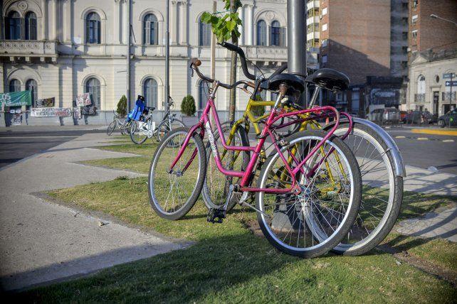 La plaza Mansilla fue recuperada para las personas pero necesita infraestructura para las bicicletas.
