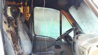 Muy afectada. La camioneta sintió el rigor del fuego provocado intencionalmente.