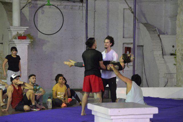 En la Escuela Municipal de Circo ensayan para el estreno de Astromelia