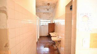 Sanitarios. Los baños de la escuela no se encuentra en buenas condiciones. Foto: El Día
