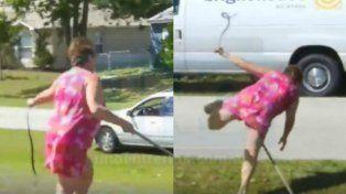 Mujer capturó a una serpiente con sus manos desnudas pero no se imaginó lo que ocurriría después