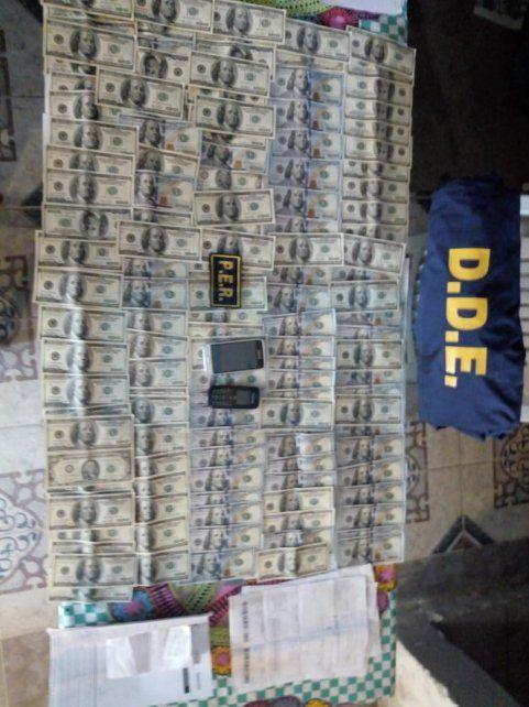 El botín. El dinero en dólares y pesos fue tomado con engaños a las víctimas.