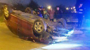 Un auto volcó al chocar con un montículo de tierra