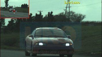 A toda velocidad. El conductor tuvo mucha suerte en no accidentarse o lesionar a terceros.