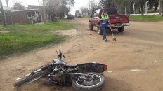 La moto en donde circulaban cinco ocupantes y la camioneta que los chocó.