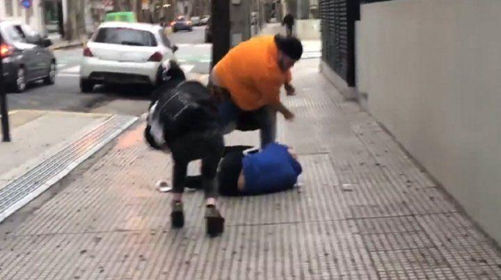 Luego de ser acusado de abuso sexual, un youtuber fue atacado en la via pública