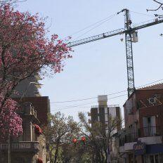 Más de un año. La obra fue detenida por su controvertido proceso administrativo y por las fallas en construcción. Pero la grúa no fue retirada.