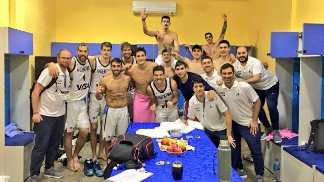 El jugador de Paraná (de remera azul) se dio el gran gusto