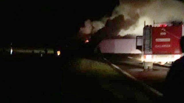 Choque e incendio: Un hombre murió atrapado en un auto