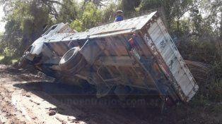 Por el barro perdió el control de camión y volcó