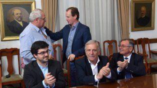 Acto. Sentados los intendentes Pedro Sarubi (La Paz)