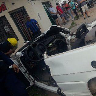 Un auto se partió al medio tras chocar contra un árbol: hay un muerto y dos heridos graves