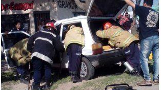 Un muerto y dos heridos graves tras estrellarse un auto contra un árbol