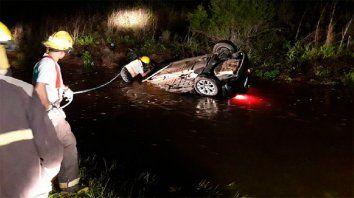 un hombre murio al despistar y quedar sumergido su auto en la banquina