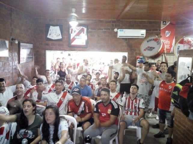 Los de la Filial de River Plate todos juntos mirando el Superclásico