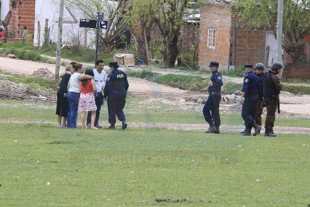 Acongojados. Los familiares de Gusmán no ocultaron el malestar por el deceso del joven. Foto: Diego Arias.