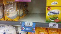Supermercados locales. En las estanterías hay espacios vacíos que exponen la ausencia de numerosos artículos del programa.