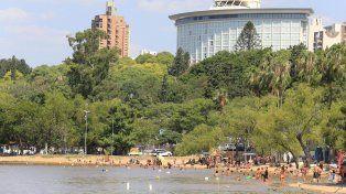 La imagen del Municipal desde el río.