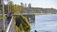 El río en la costa de Paraná está bajo.