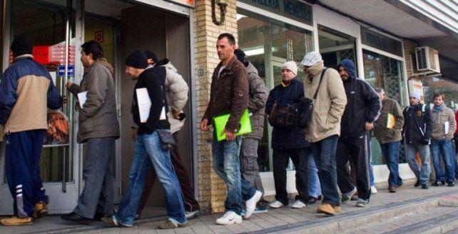 El promedio del salario real cayó 6,1% y el empleo registrado bajó 0,5%