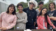 Virgnia, Leo, Joel, Lourdes, Ignacio e Iván son los estudiantes de la escuela Almafuerte que cursan tercer año.