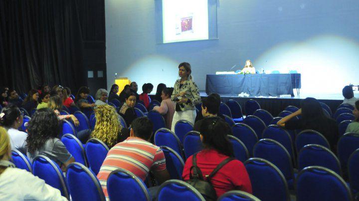 Interés. La ginecóloga Romina Spoturno brindó una charla a docentes comprometidos con el tema.