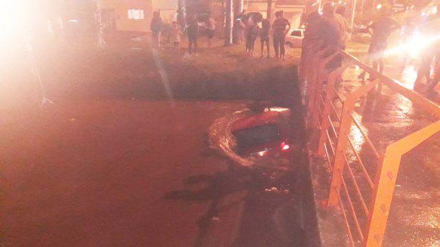 Quiso cruzar un badén inundado y el agua arrastró el auto debajo de un puente