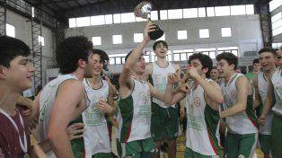 Los chicos Verde celebraron la apasionante conquista en la cancha del CAE
