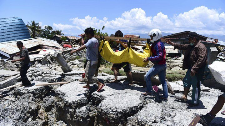 DESTRUCCIÓN TOTAL. Los equipos de emergencia trabajan durante todo el día buscando sobrevivientes.