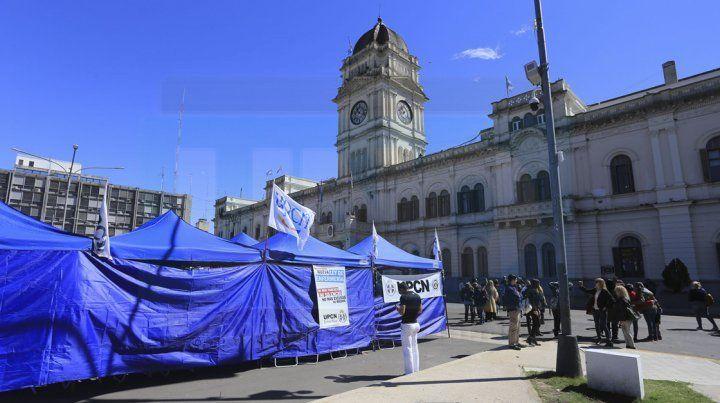 UPCN instaló una carpa frente a Casa de Gobierno para reclamar que se cumplan las políticas de salud