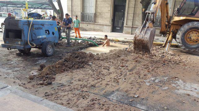 Los obreros trabajaron en el pozo de calle Bavio.