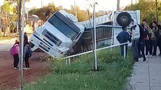 San Benito: Camión volcó en la puerta de la escuela Evita