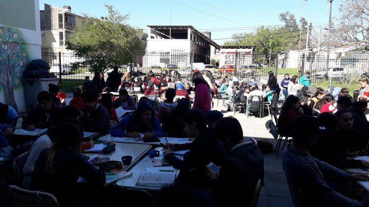 Alumnos de la escuela Bazán y Bustos dieron clases afuera: hay un baño para 800 chicos