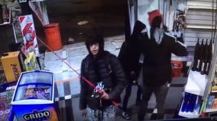 Robo piraña: entre nueve se llevaron desde alcohol hasta cañas de pesca