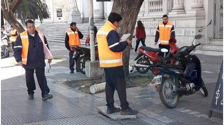 A la caza de motos y autos estacionados sobre las veredas