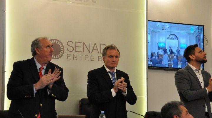 El senador paceño Aldo Ballestena (en el centro) presidió la sesión.