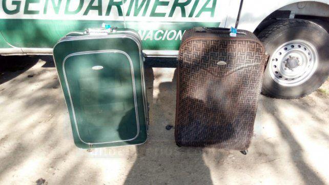 Pesaditas. Las dos valijas fueron bajadas con mucha dificultad.