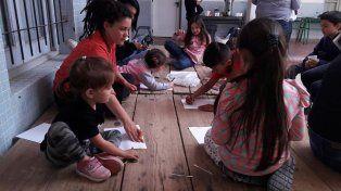 Les niñes pintando en los talleres.