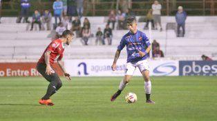 Lautaro Comas propone un pie a pie en ataque por derecha.
