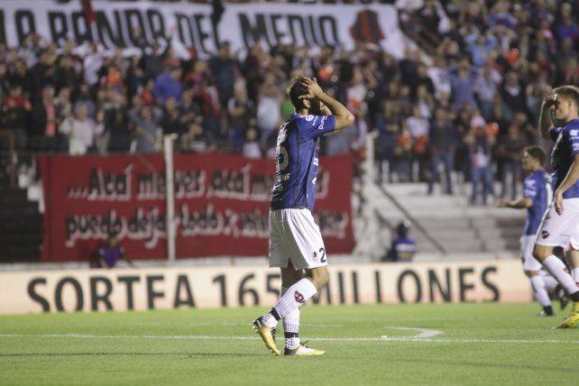 El defensor de Patronato Nicolás Pantaleone se agarra la cabeza sin entender lo que sucede en el Grella.