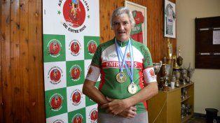Con una bici prestada volvió a ganar medallas