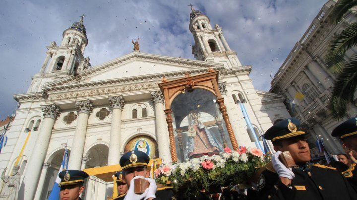 La virgen en la puerta de la catedral.