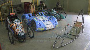 Colección. En la escuela exhiben los autos de los años anteriores.
