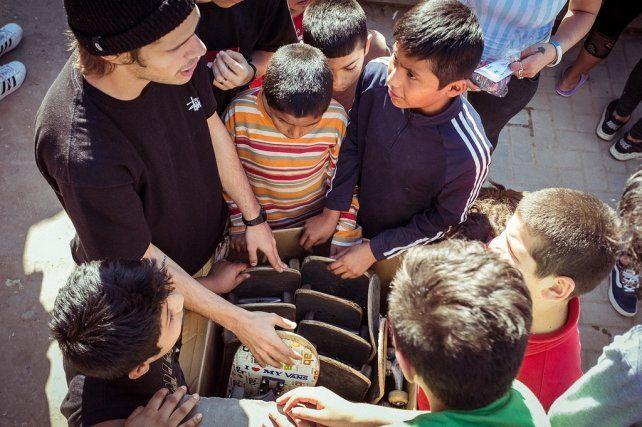 Les chiques recibieron tablas donadas.