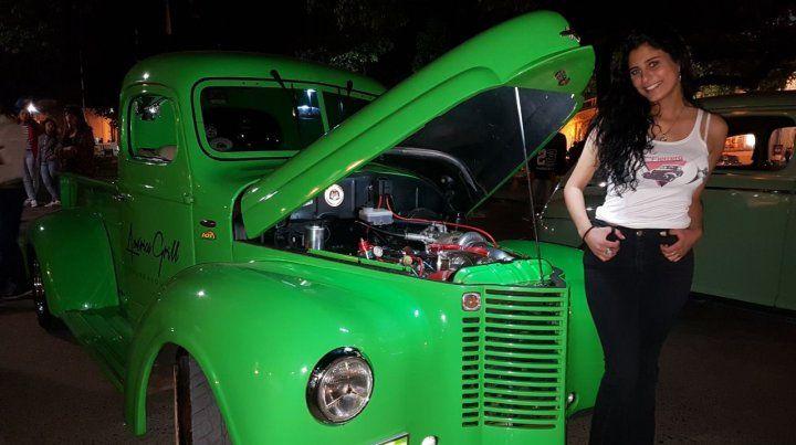 Autos clásicos y antiguos, con fines solidarios